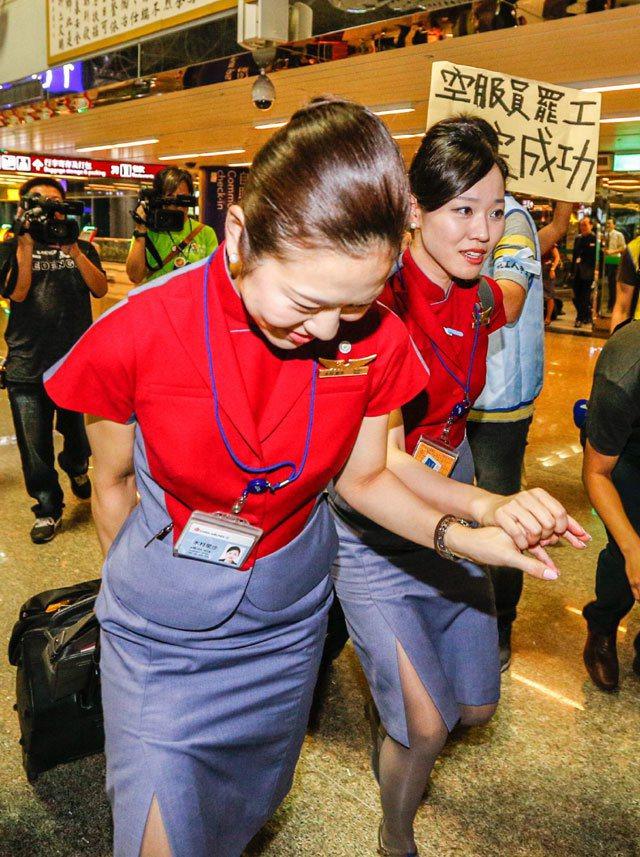 桃園市空服員職業工會宣布24日零時起開始罷工,不再提供勞務,工會幹部到桃機關切罷...