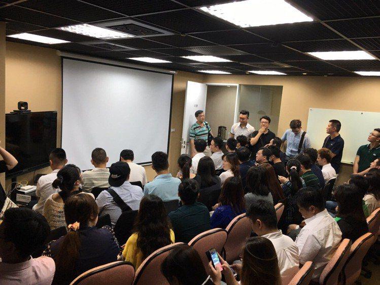 OB營運長張祐誠與ECO社團成員分享。圖/ECO電商合作會提供
