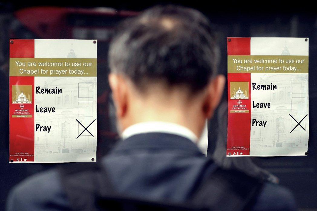 「☐投脫歐 ☐投留歐 ☑只能祈禱」23日的倫敦某投票所外,一處教會的開放海報。 ...
