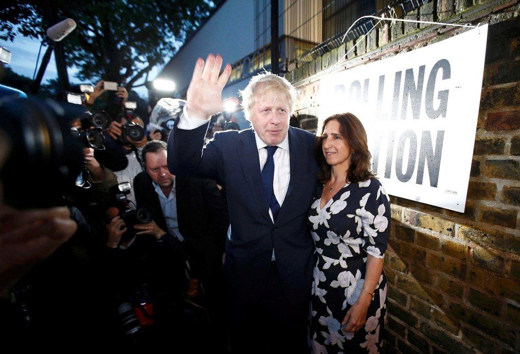 保守黨脫歐代表人——前倫敦市長強森,早前投完票的景象。到目前為止,強森是唯一還未...
