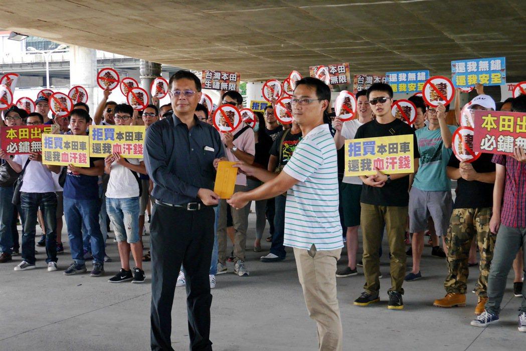 台灣本田營業部長陳俊亮親自前往大佳河濱公園現場接下車主的陳情書。 記者陳威任/攝影