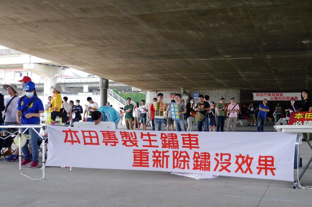 超過百位車主集結在大佳河濱公園串連陳情。 記者陳威任/攝影