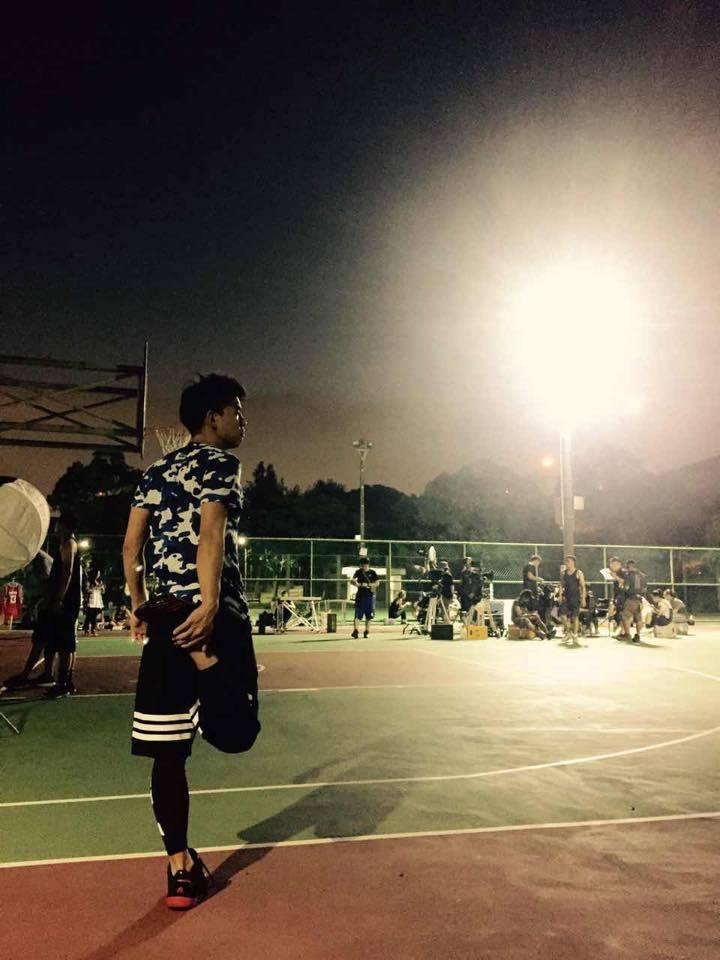 柯有倫偶爾也會在晚上揪好友一起打籃球。圖/摘自柯有倫臉書