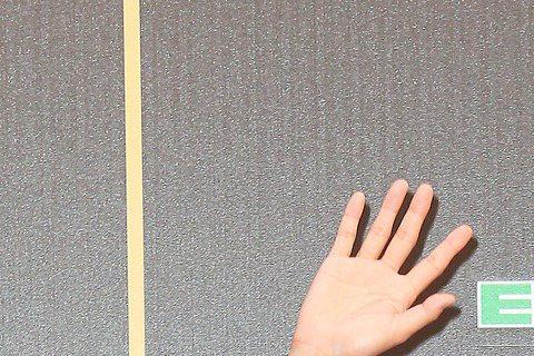 第27屆金曲獎25日於台北小巨蛋舉行,日本男歌手平井堅身穿絲緞材質的黑色上衣,不羈率性引起網友一面倒好評,他表示非常期待能跟陶喆、王力宏合作,稍晚他也將跟蕭敬騰合體演出。