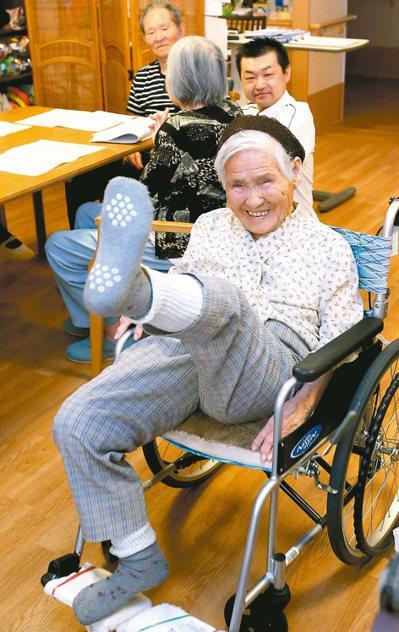 國林奶奶即將滿101歲,仍可高舉腿部。 記者屠惠剛/攝影