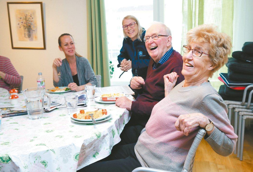 圖為大學城烏姆薩拉老人公寓,老人們中午帶午餐在交誼廳一起吃飯、聊天交朋友,有伴一...