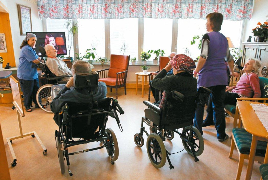 近年瑞典民營照護機構頻頻發生如老人感染、餓肚子、員工薪水被刪減、將利潤轉到海外等...
