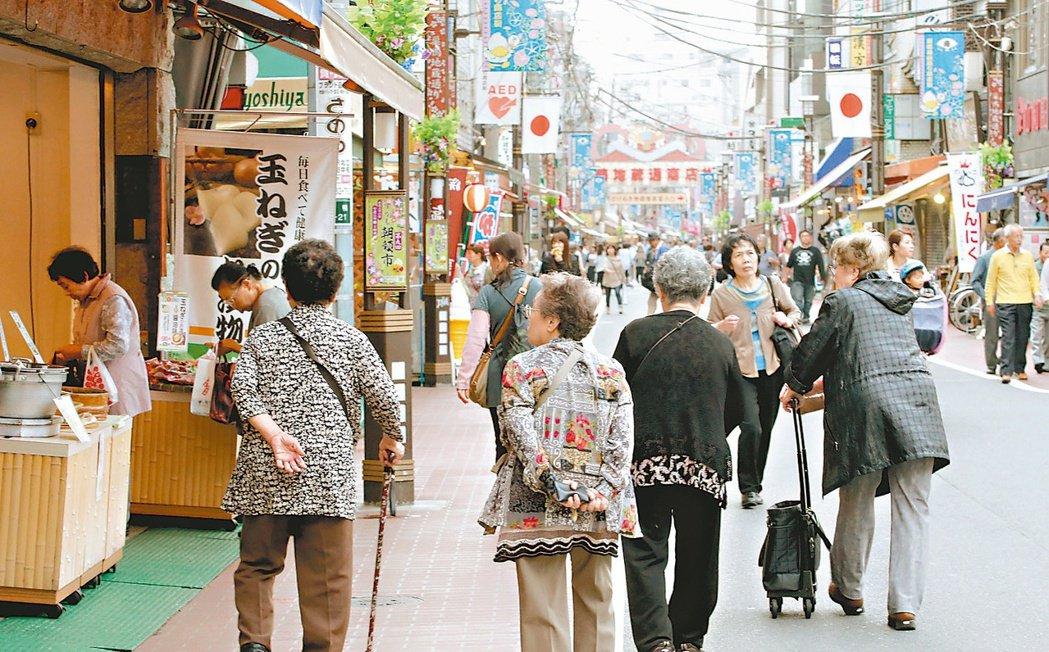 東京巢鴨地藏通商店街以販賣老人特色商品為主,許多高齡長者相偕來此逛街。 記者屠惠...