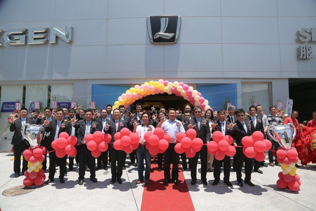 LUXGEN副總經理曹中庸(前排右三)、北智捷總經理連振偉(前排左三)特別參加宜蘭汽車生活館盛大開幕慶活動,展現對蘭陽地區鄉親的重視。 圖/LUXGEN提供