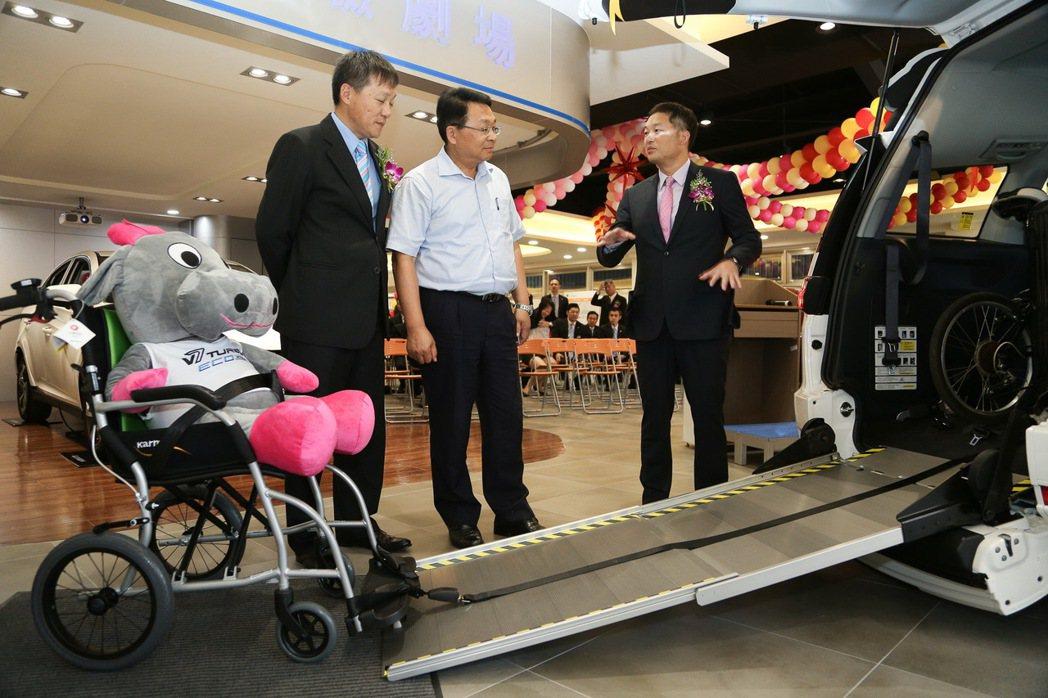 LUXGEN副總經理曹中庸(左)與北智捷總經理連振偉(右)為立委陳歐珀(中)介紹多功能高頂休旅V7 TURBO ECO HYPER,具有便利的伸縮式斜坡板,協助輪椅乘員輕鬆上下車。 圖/LUXGEN提供