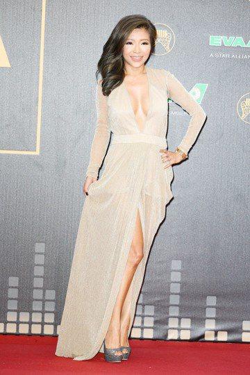 頒獎嘉賓李愛綺一身爆乳洋裝走紅毯。