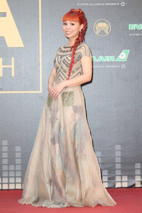 入圍最佳國語女歌手獎的許哲珮走紅毯。