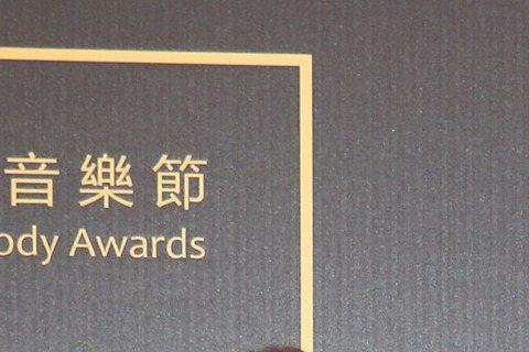 入圍最佳樂團獎的宇宙人走紅毯。