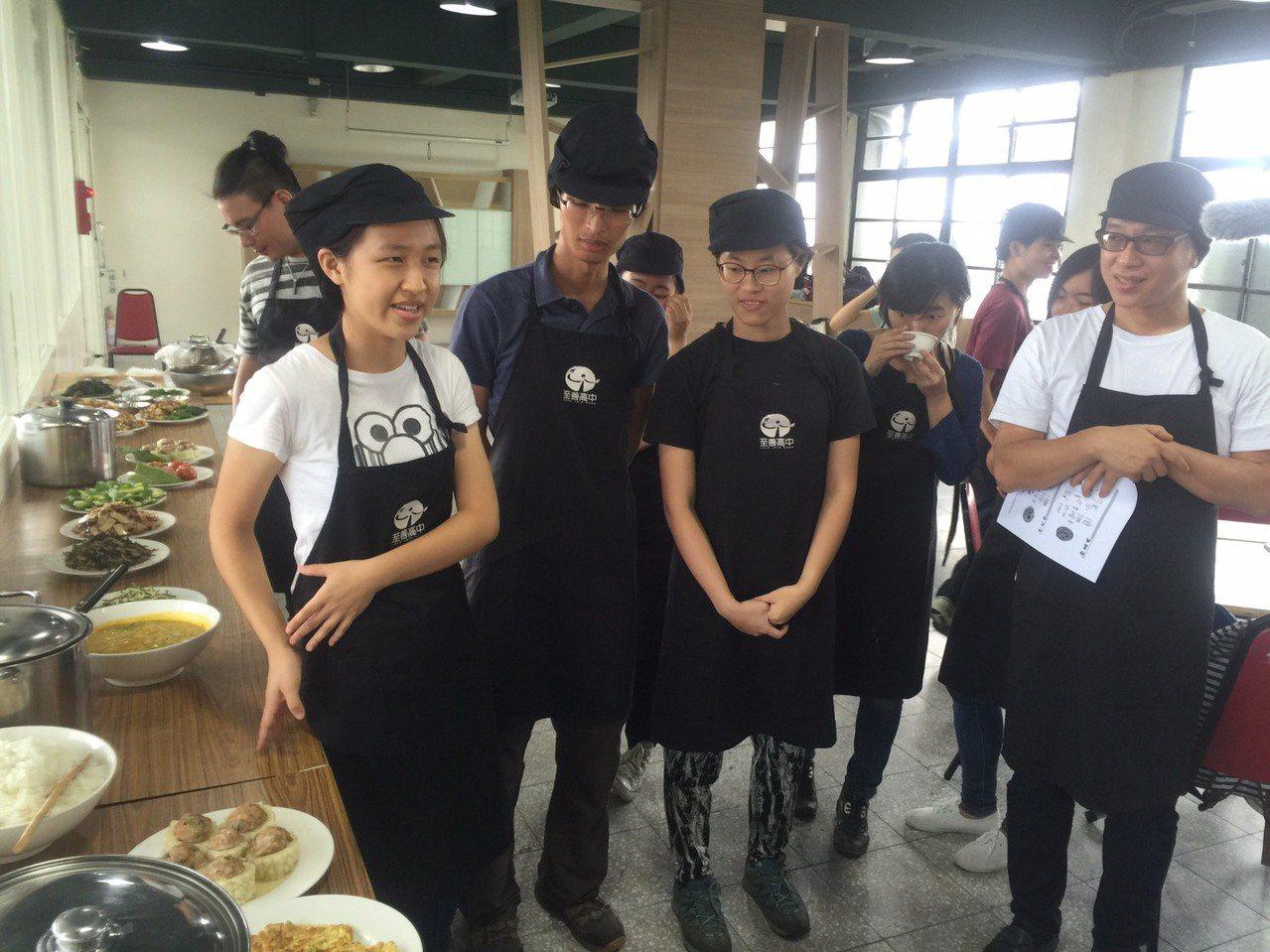 台大生與至善高中農產行銷科和餐飲科學生聯手合作,透過競賽完成料理,過程中大學生與...