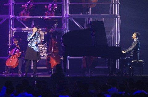 蘇打綠為第27屆金曲獎擔任開場表演,與交響樂團合作重現經典歌曲「小情歌」。