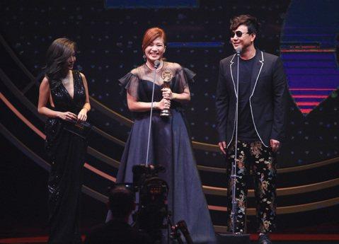 27屆金曲獎,李愛玲(左一)、蕭煌奇(左三)一起頒獎,最佳台語女歌手獎由黃妃(左二)獲得。