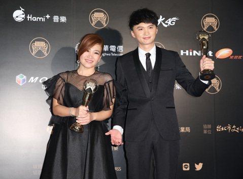 最佳台語男女歌手獎由陳建瑋(右)、黃妃(左)獲得。