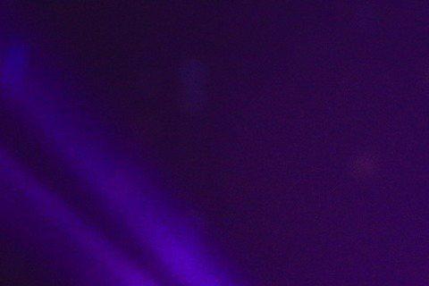 金曲歌后莫文蔚擔任第27屆金曲獎第5位嘉賓,穿著黑禮服演唱「看看」,舞台後方擺滿蠟燭,影片背景也呈現許多受虐婦女,以及受到烽火摧殘的小孩們,與引言人林依晨「用愛關懷世界」的概念相互輝映。接著,伴奏突...