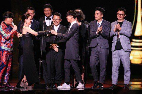 歌手張清芳(左二)頒發最佳國語專輯獎給蘇打綠。