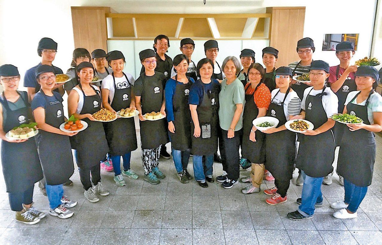 台灣大學師生「自煮巴士」,開進桃園大溪,認識地方飲食文化。 記者張雅婷/攝影