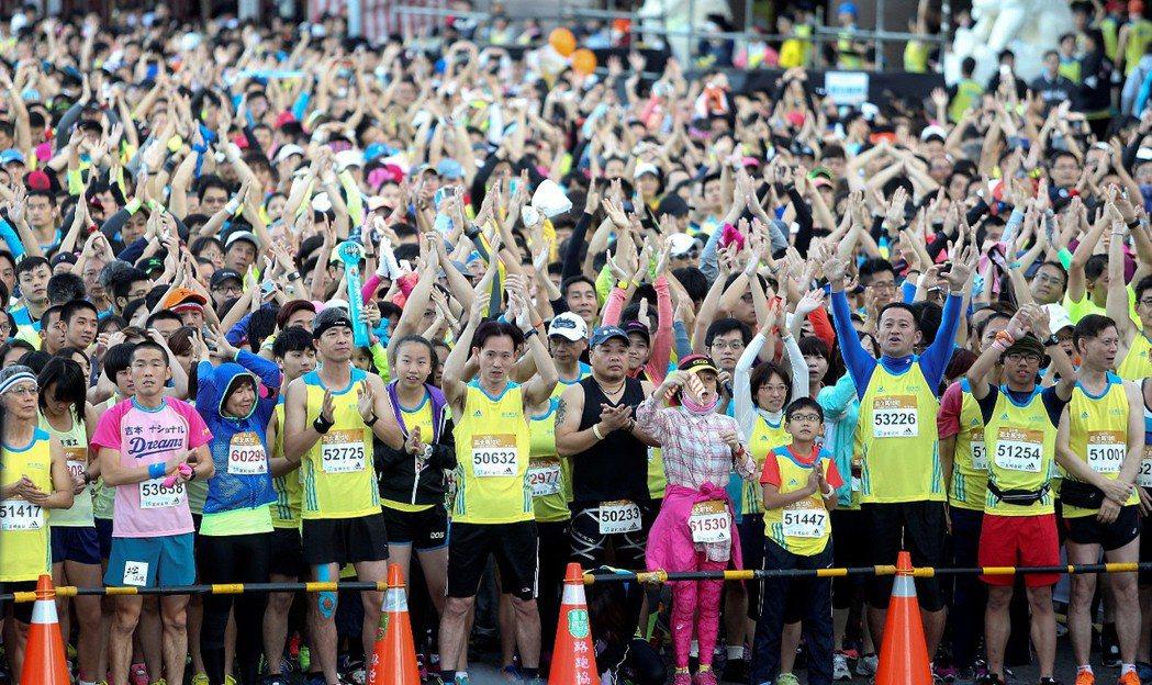 2015年台北馬拉松總計兩萬七千名跑者參與。 攝影/黃威彬