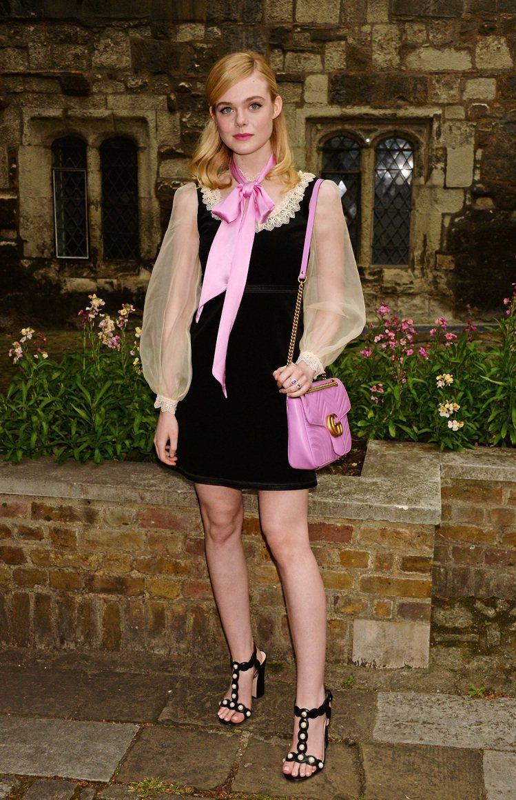 Elle Fanning 穿著 Gucci 黑色天鵝絨洋裝搭配粉色絲質襯衫及 G...
