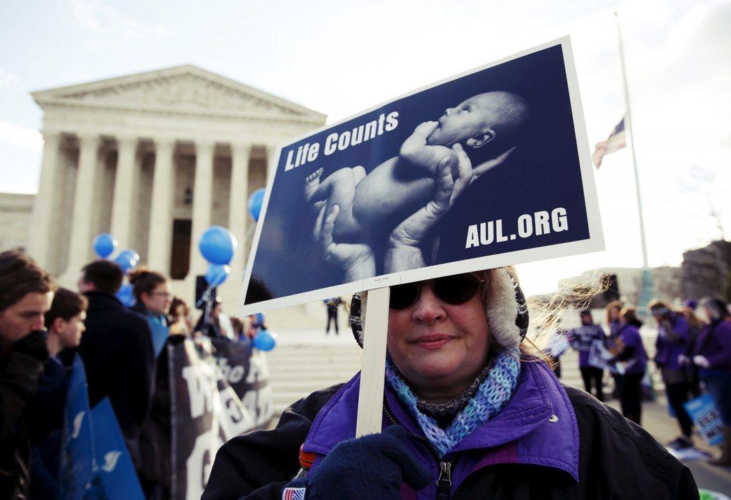最高法院的裁決一出,美國「生命權派」也大表不滿,認為放鬆規範將鼓勵墮胎,進而侵犯...