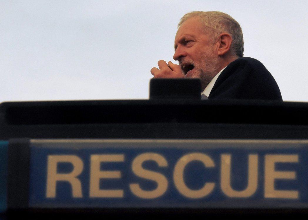 搶救黨魁柯賓。周二工黨國會黨團發動了反柯賓的不信任投票,其中超過四分之三的議員,...