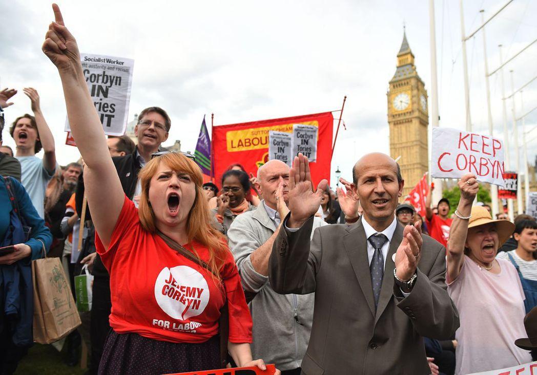 倫敦街頭的「挺柯賓」動員。 圖/美聯社
