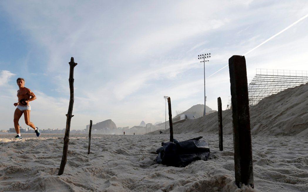 在著名「科帕卡瓦納」觀光海灘上,里約警方於周三發現一具被海浪沖上岸的肢解人屍,由...