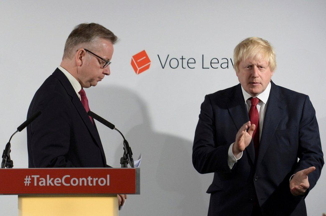 對強森砍下最後一刀,自行宣布參選的戈夫(左)。 圖/路透社
