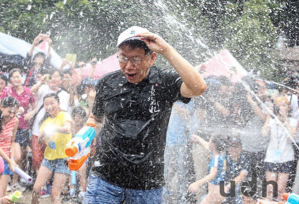 台北親水節25日在公館自來水園區開幕,台北市長柯文哲到場,現場十多位小朋友立即拿...