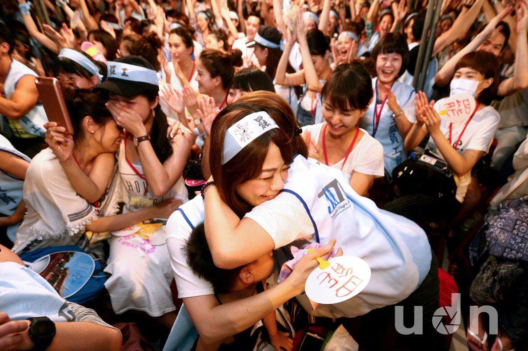 華航空服員罷工勞資雙方24日達成協議,消息傳出,罷工現場空服員開心地抱在一起。記...