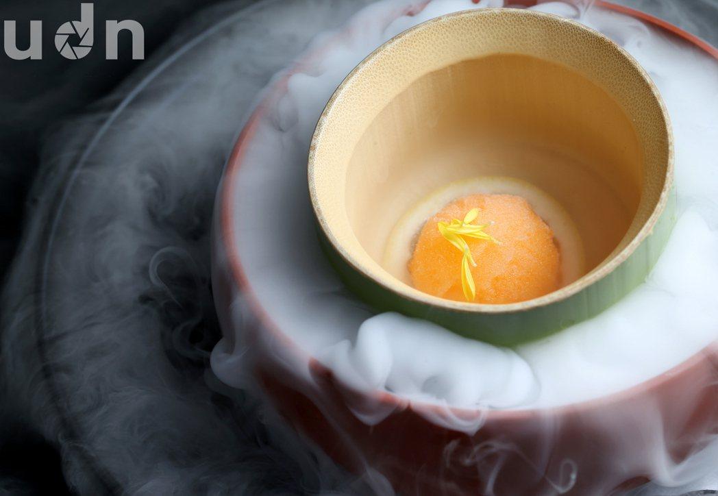 法式餐廳「桌藏Toh-A」的話梅冰沙是道令人驚豔的開胃菜,以特別訂做的竹製容器盛...