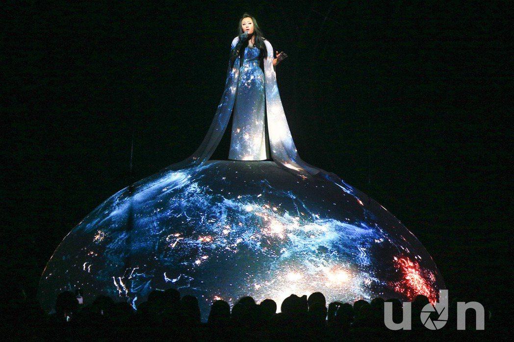 紀曉君25日在金曲獎獻唱,優美的歌聲搭配豐富的投影效果讓人眼睛為之一亮。記者林伯...