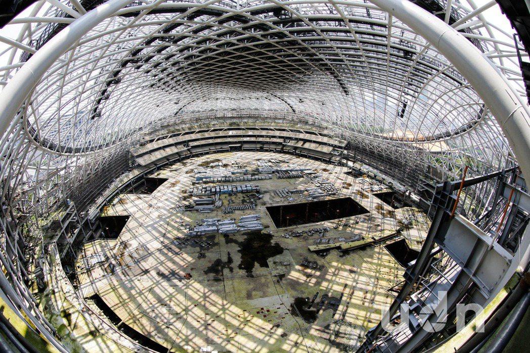 台北大巨蛋目前處於停工狀態,屋頂除了鋼架外,完全處於簍空的狀態,颱風季節即將到來...