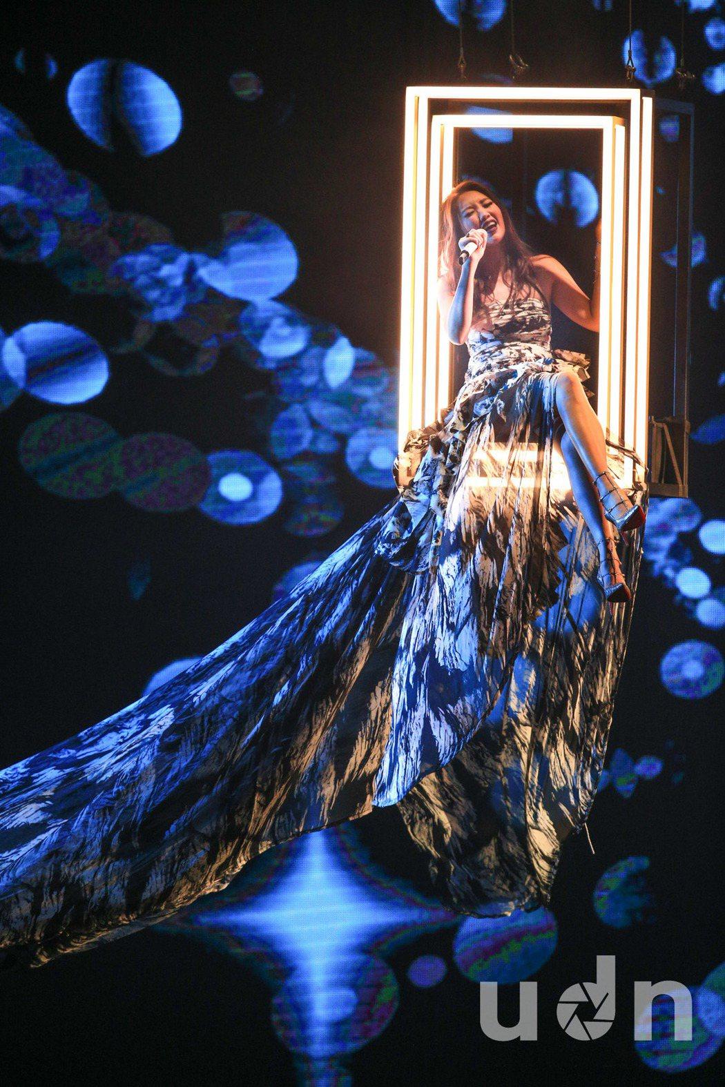 A-LIN25日擔任金曲獎頒獎典禮表演嘉賓,從天而降獻唱,畫面超夢幻。記者林伯東...