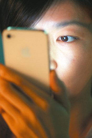 不少上班族長時間接觸電腦螢幕,下班後瘋玩手機遊戲,長期下來容易造成黃斑部病變、乾...