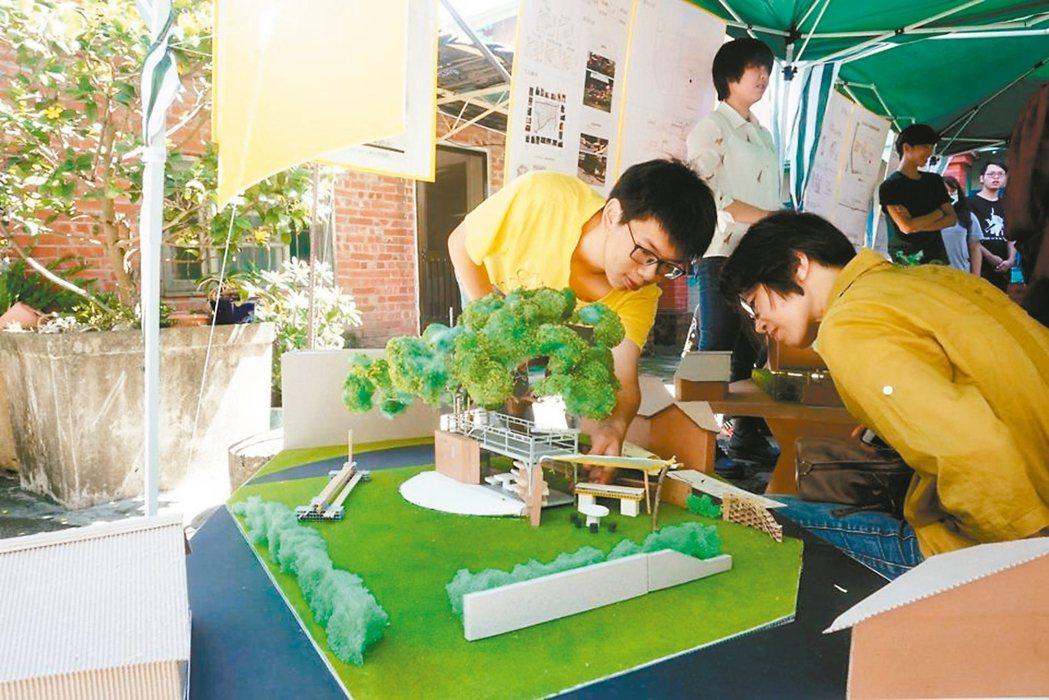 南華大學建景系學生的龍眼樹基地,改造設計票選活動。 圖/陳惠民提供