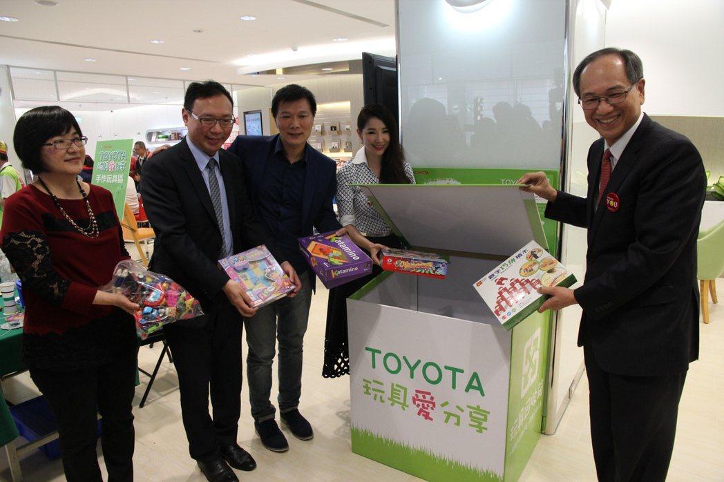 和泰汽車副總經理張民杰(右一)歡迎民眾前來TOYOTA服務廠捐贈家中舊玩具,分享愛給其他需要的小朋友。 圖/和泰汽車提供