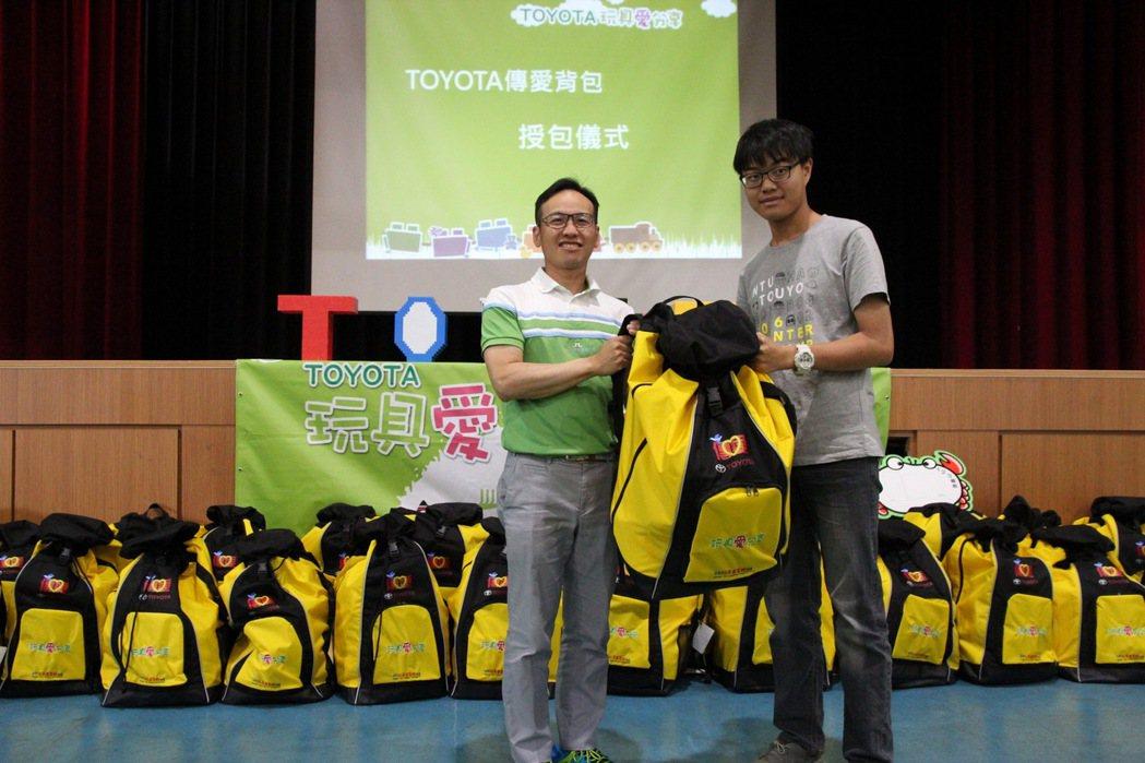 和泰汽車TOYOTA售後服務本部協理劉傳宏(左)進行授包,感謝學生們的愛心。 圖/和泰汽車提供