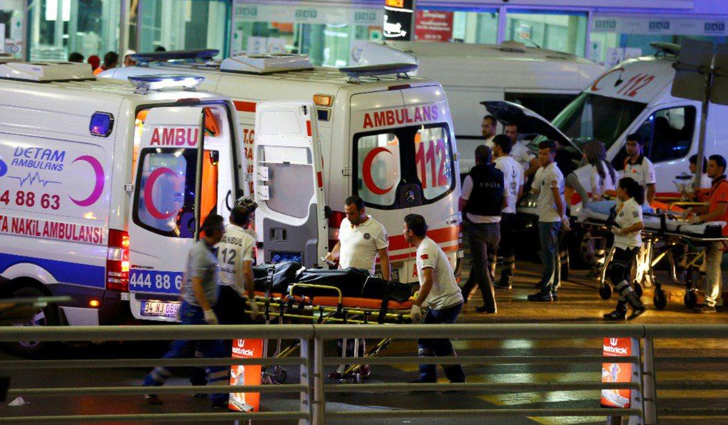 伊斯坦堡主要機場阿塔圖克機場(Ataturk Airport)傳出爆炸攻擊事件。...