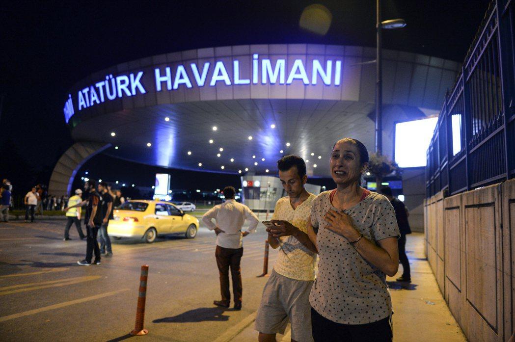 伊斯坦堡的阿塔圖克國際機場(Ataturk)當地時間28日晚上遭到自殺式炸彈攻擊...
