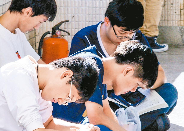大學指定科目考試。 報系資料照