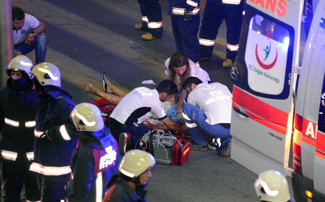 伊斯坦堡主要機場阿塔圖克機場(Ataturk Airport)發生3起自殺炸彈和...