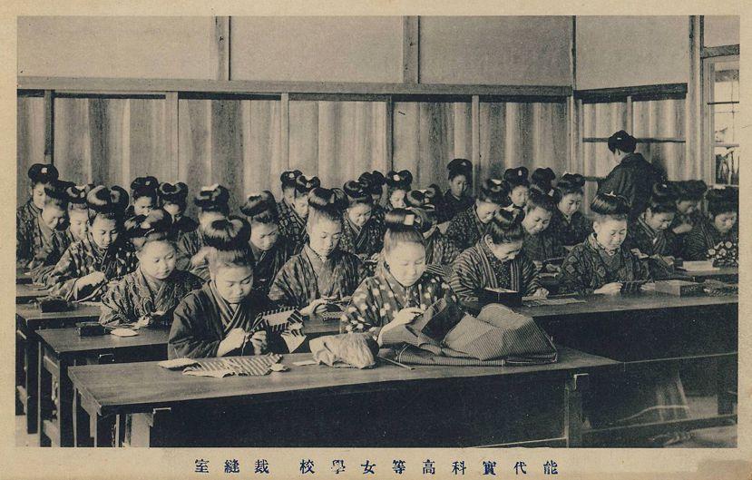 明治時代的女學生們,一開始仍然穿著江戶時代的「着流し」。圖為1916年秋田縣能代...