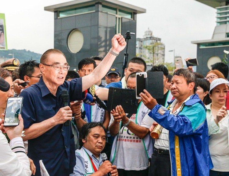 國防部長馮世寬(左)兩度出面說明,承諾不會包庇,依法懲處。 攝影/記者鄭超文