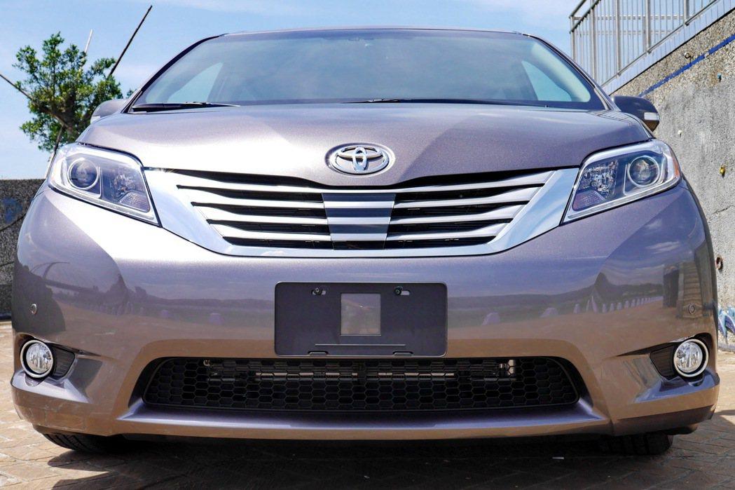Limited車型的水箱護罩採用亮銀色配置搭配鍍鉻飾條。 記者陳威任/攝影