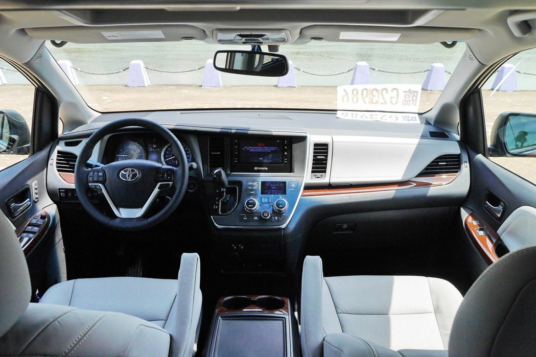 Sienna Limited車型的內裝頗有VIP的質感。 記者陳威任/攝影