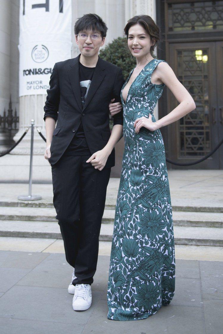 許瑋甯(右)穿APUJAN印花禮服與設計師詹朴在倫敦時裝周秀場外合影。本報資料照